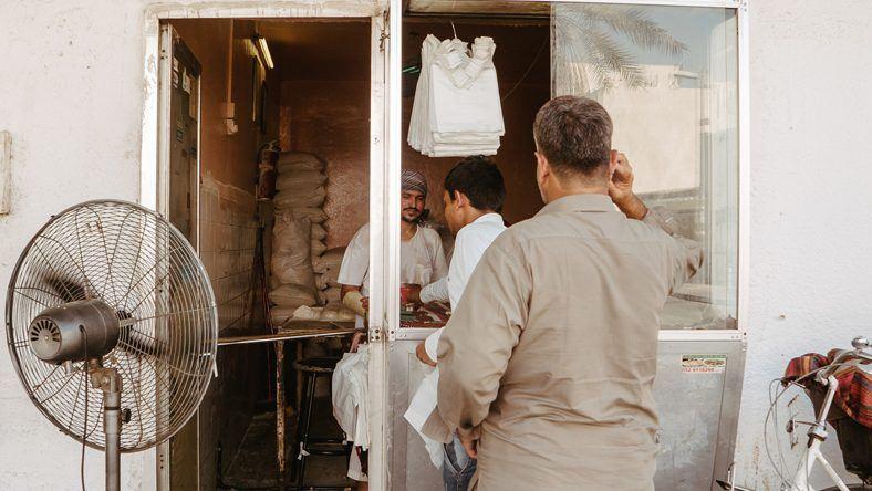 Bu Qtair Fish Restaurant: Bestellungen werden an einem kleinen Fenster entgegen genommen