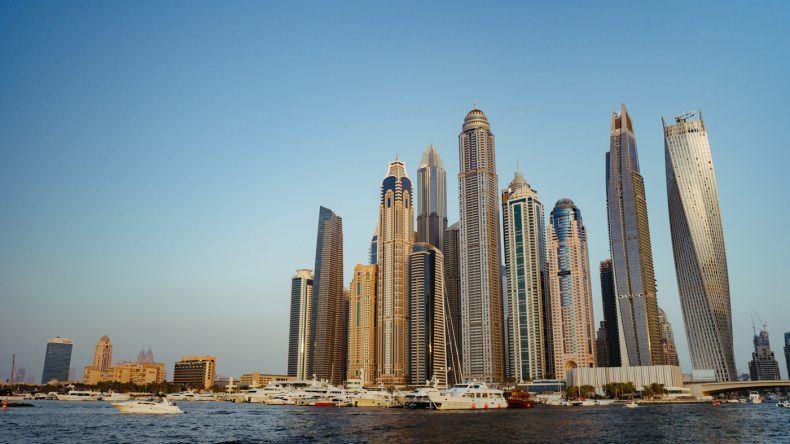 Dubai's Skyline bei Sonnenuntergang