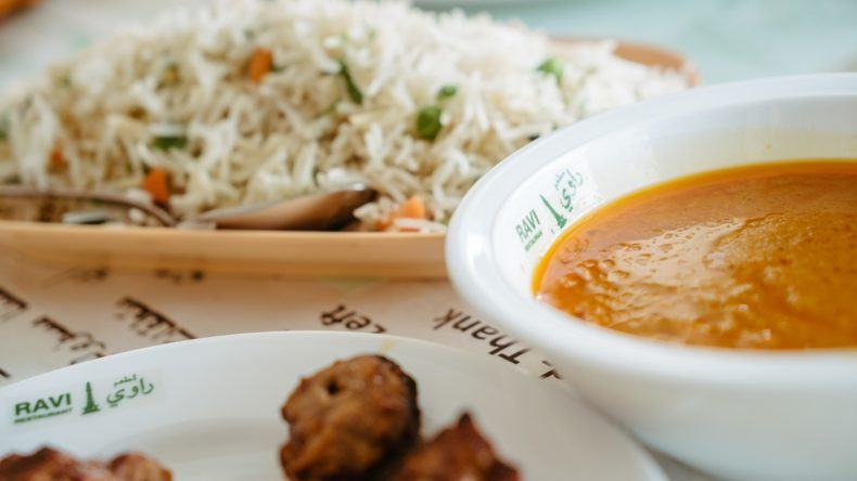 Indisch-pakistanische Küche: Reis, Fleisch und scharfe Soße