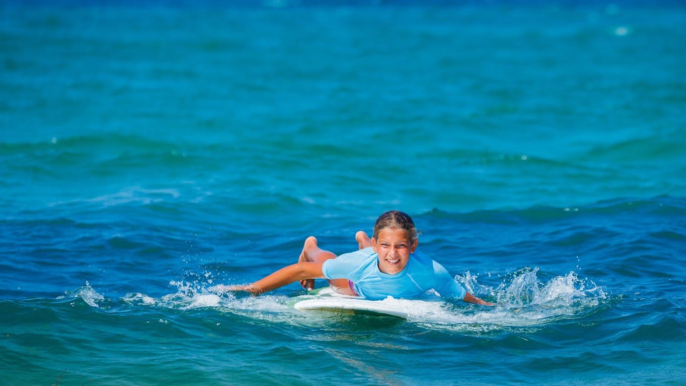 Kids, die sich auf dem Wasser wohlfühlen, können in Portugal an einem Surfkurs teilnehmen
