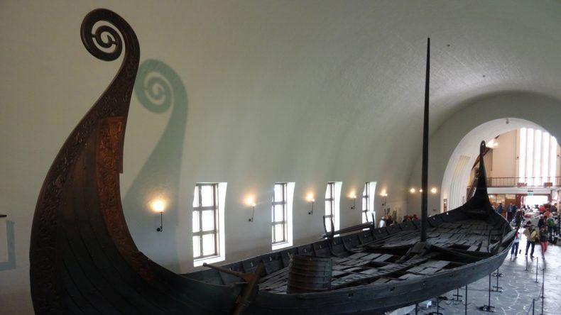 Ein riesiges Wikingerschiff erwartet euch im Wikingermuseum
