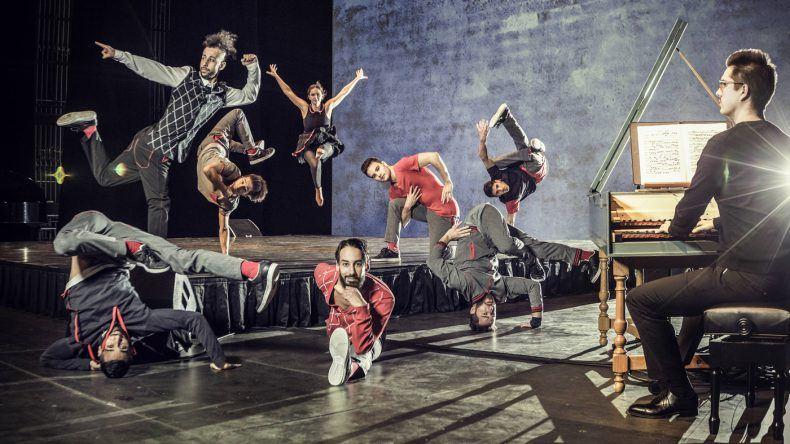 Über 15 der besten Tänzer der Welt und Opernregisseur Chrisoph Hagel beweisen in ihrer 70 minütigen Show Red Bull Flying Bach, dass Breakdance und Bach sehr wohl zusammenpassen