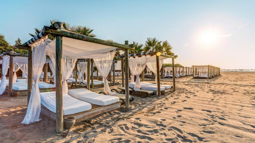 Balibetten sorgen für die nötige Entspannung am Strand