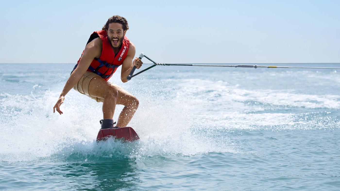 Warum nicht mal Wakeboarden im Urlaub ausprobieren? Ist schließlich im Preis inbegriffen!