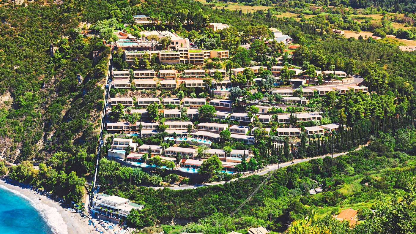 Die traumhafte Hanglage des TUI SENSIMAR Atlantica Mediterraneo Resort & Spa