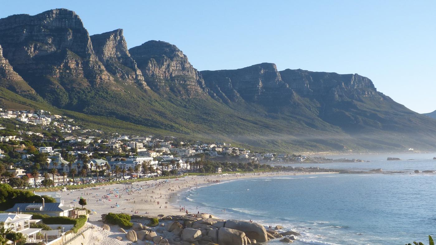 Vielleicht der schönste Stadtstrand der Welt: Camps Bay in Kapstadt