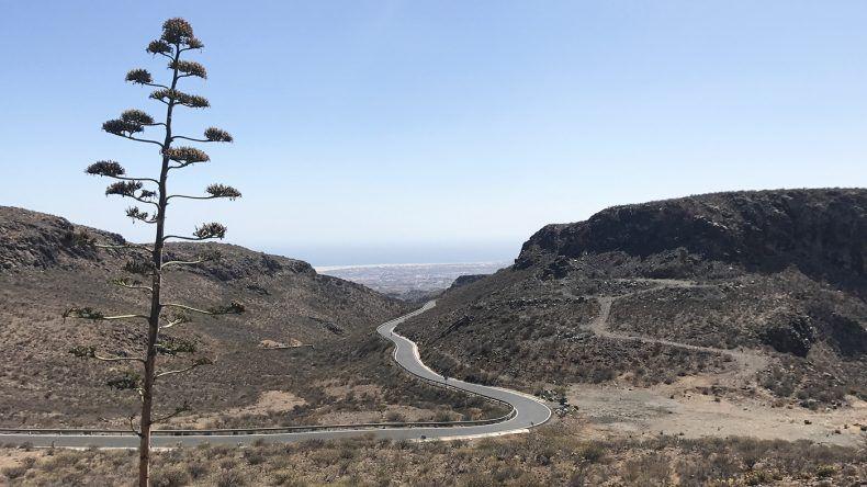 Die Straße schlängelt sich eindrucksvoll durch Berge und Täler.