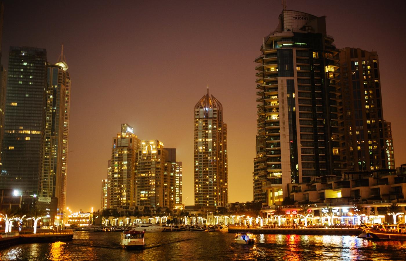 Dubai bei Nacht - überall glitzert und leuchtet es