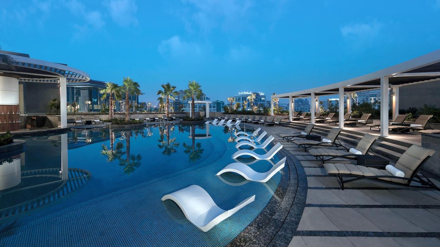 Der Outdoorpool des Hyatt Regency Dubai Creek Heights
