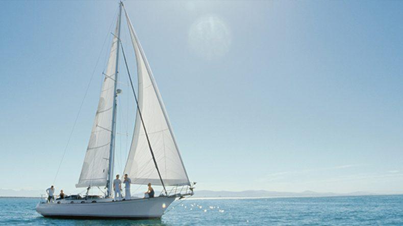 Wo lässt es sich besser sonnenbaden, als auf einem Deck einer Segelyacht?