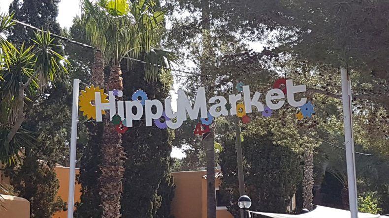 Hereinspaziert: Hier geht es zum Hippiemarkt Punta Arabi.