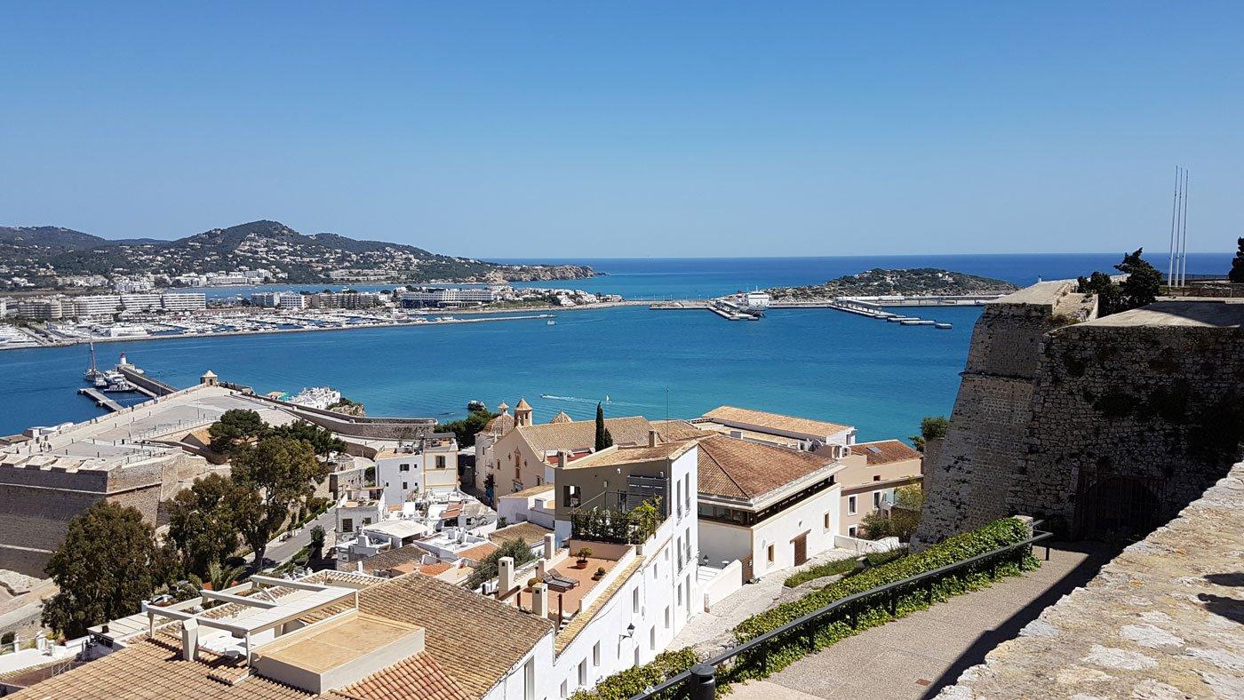 Der Aufstieg zur Burg (Almudaina) von Ibiza Stadt wird mit einem tollen Panoramablick belohnt.