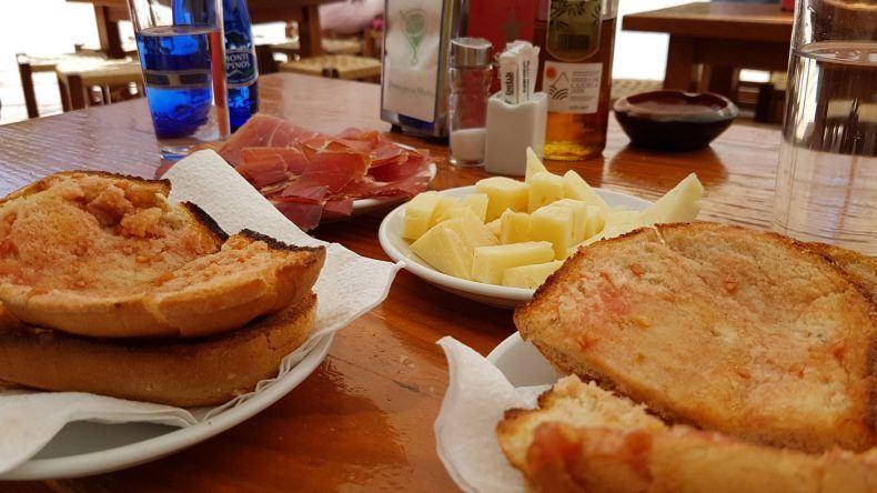 Satt und glücklich mit Tomatentoast, Serrano, Manchego.