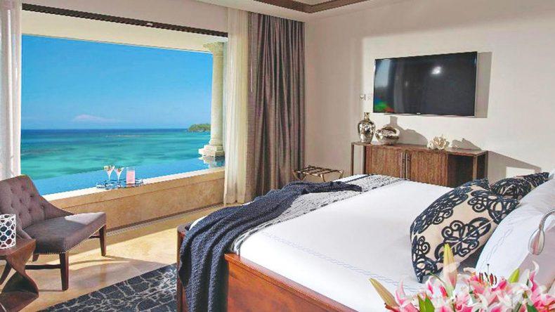 Vom Bett aus direkt aufs Meer blicken. Muss kein Traum sein in der Beachfront Skypool Suite mit Butlerservice