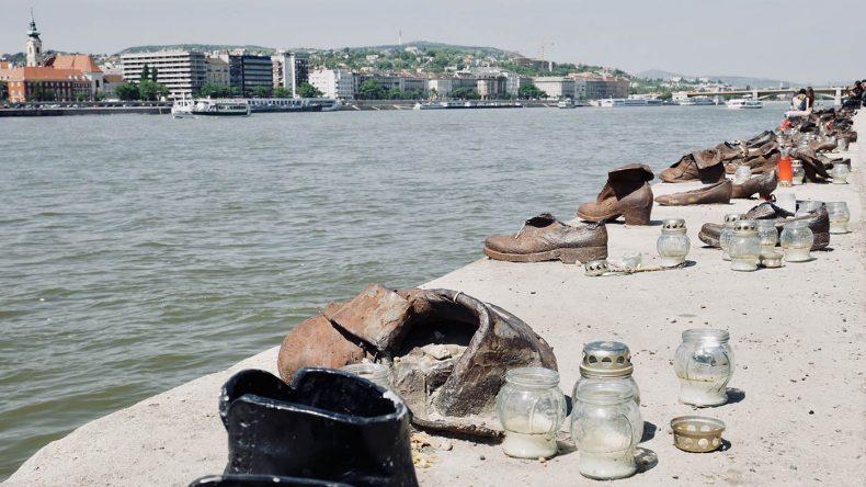 Schuhe am Donauufer.