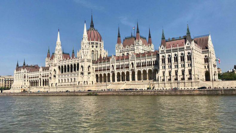 Donau-Schiffahrt am Parlamentsgebäude vorbei.