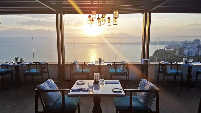 Schönste Aussichten könnt ihr vom Spezialitätenrestaurant Asmani aus genießen