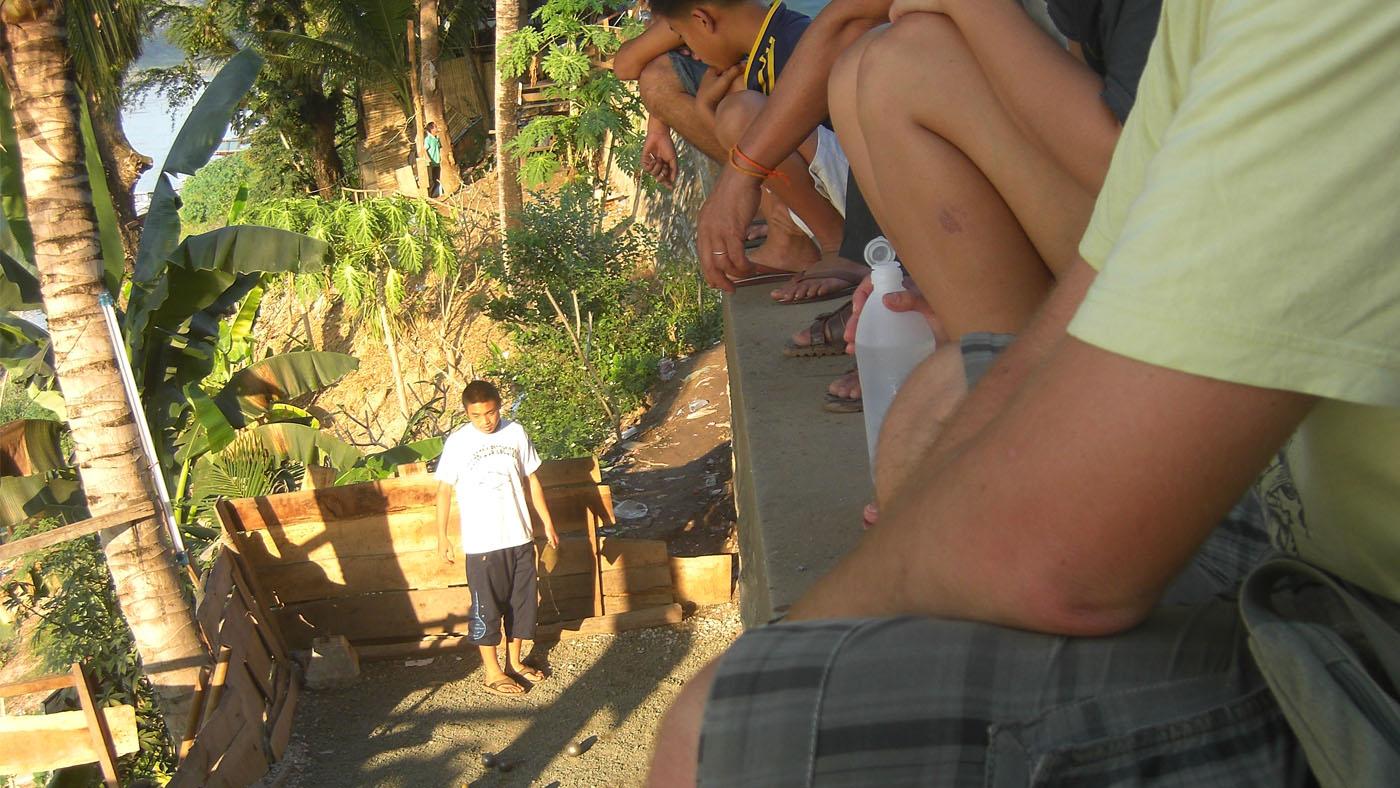 Mit Spannung beobachten wir die Laoten beim Boule-Spielen