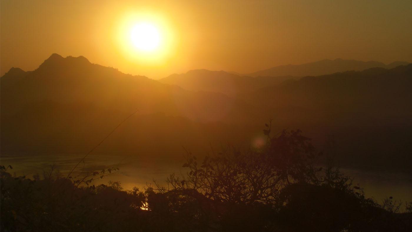 Der Sonnenuntergang taucht die malerische Landschaft in das perfekte Licht