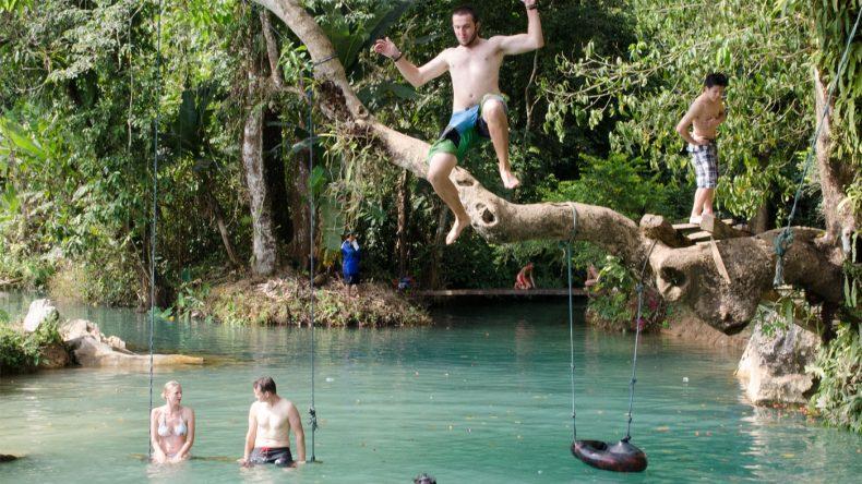 Mutiger 6 m Sprung in die Blue Lagoon bei Vang Vieng