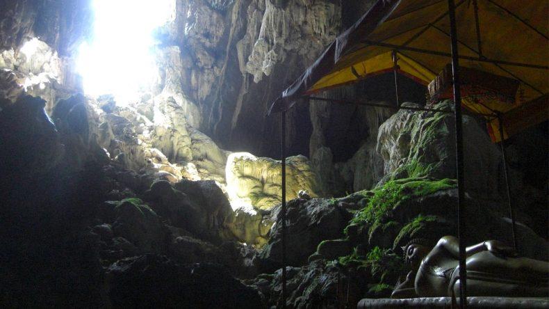 Die gewaltige Tham Poukham Höhle ist von der Blue Lagoon gut zu Fuß zu erreichen
