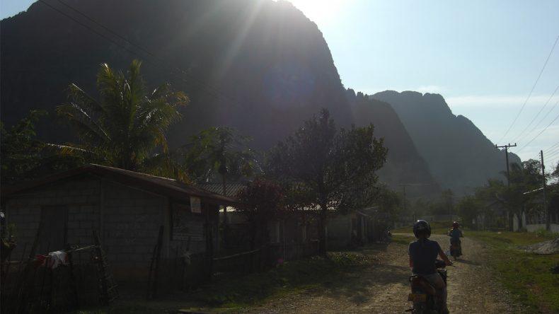 Außer einigen kleinen Höfen und Schotterwegen findet man hier nichts außer Berge und dichter Vegetation