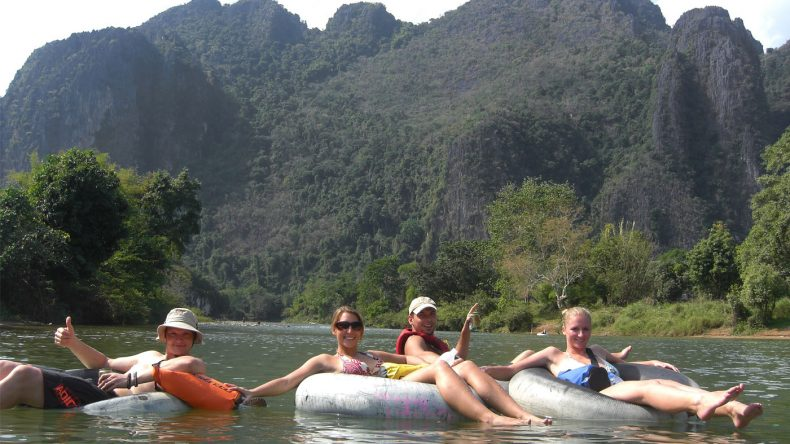 Das Tubing machte einst Vang Vieng weltbekannt - natürlich stürzen auch wir uns in die Fluten