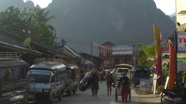 Das wuselige Stadtzentrum Vang Viengs ist das turistische Epizentrum des Landes
