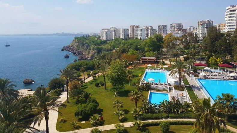 Das Barut Akra befindet sich direk an der Steilküste, das Stadtzentrum von Antalya ist wenige Gehminuten entfernt