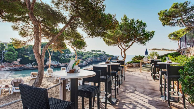 Die Beach Bar des Hotels mit Blick auf die Bucht