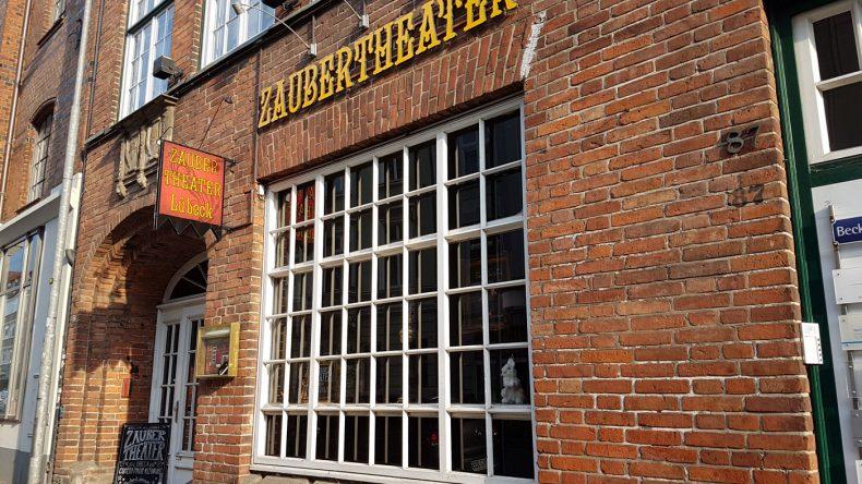Große Zauberkunst in familiärem Ambiente gibt es im Zaubertheater Lübeck.