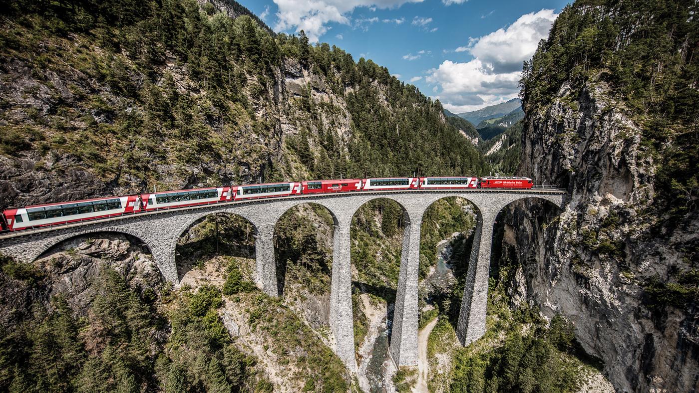 Hier fährt der Glacier Express über die Landwasserviadukt (©Swiss Image)