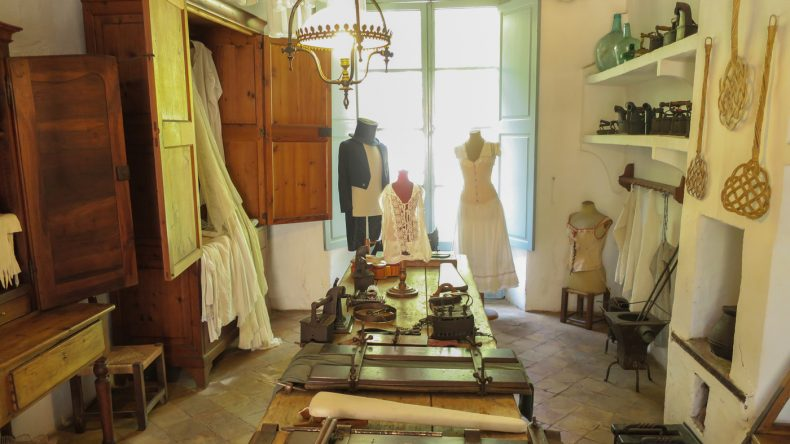 Bügel- und Wäschezimmer, in dem die Bediensteten für die ordentliche Kleidung der Herrschaften sorgten
