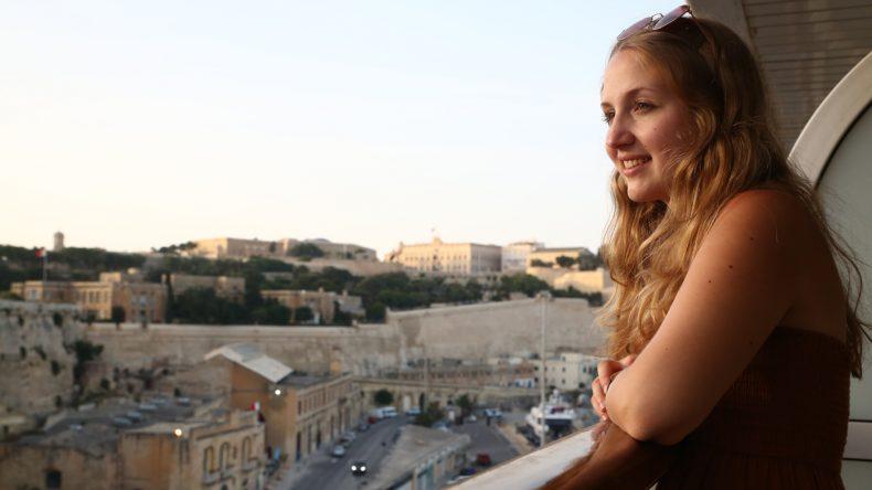 Carina genießt den tollen Ausblick auf Malta von der Mein Schiff 2 aus