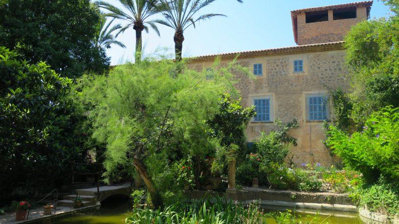 Blick auf das Herrenhaus vom Garten aus