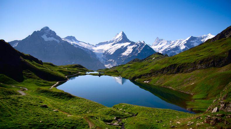 die Schweiz hat viele Alpen Gletscher, der Morteratschgletscher ist perfekt für eine schöne Wanderung