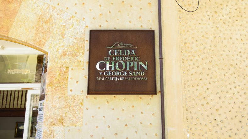 Hinweisschild auf die Königliche Kartause in Valldemossa, in der Chopin einst wohnte