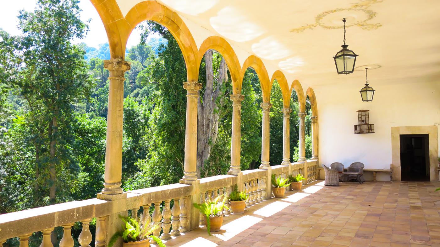 Sonnendurchfluteter Korridor, der die Gebäude des Herrenhauses verbindet