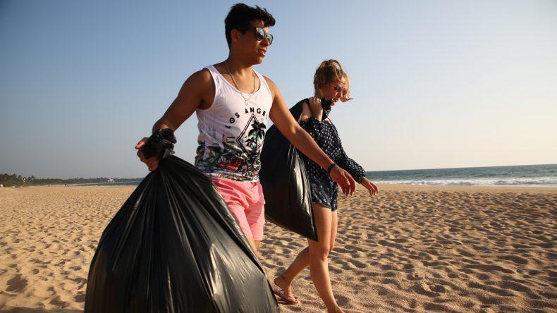 Aber hier wird nicht nur entspannt. Carina und Edu sammeln Müll am Strand ein.