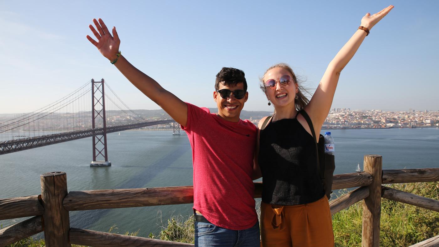 San Francisco stand zwar nicht auf der Travel Liste der beiden, dafür aber Lissabon. Im Hintergrund ist die Ponte 25 de Abril zu sehen.