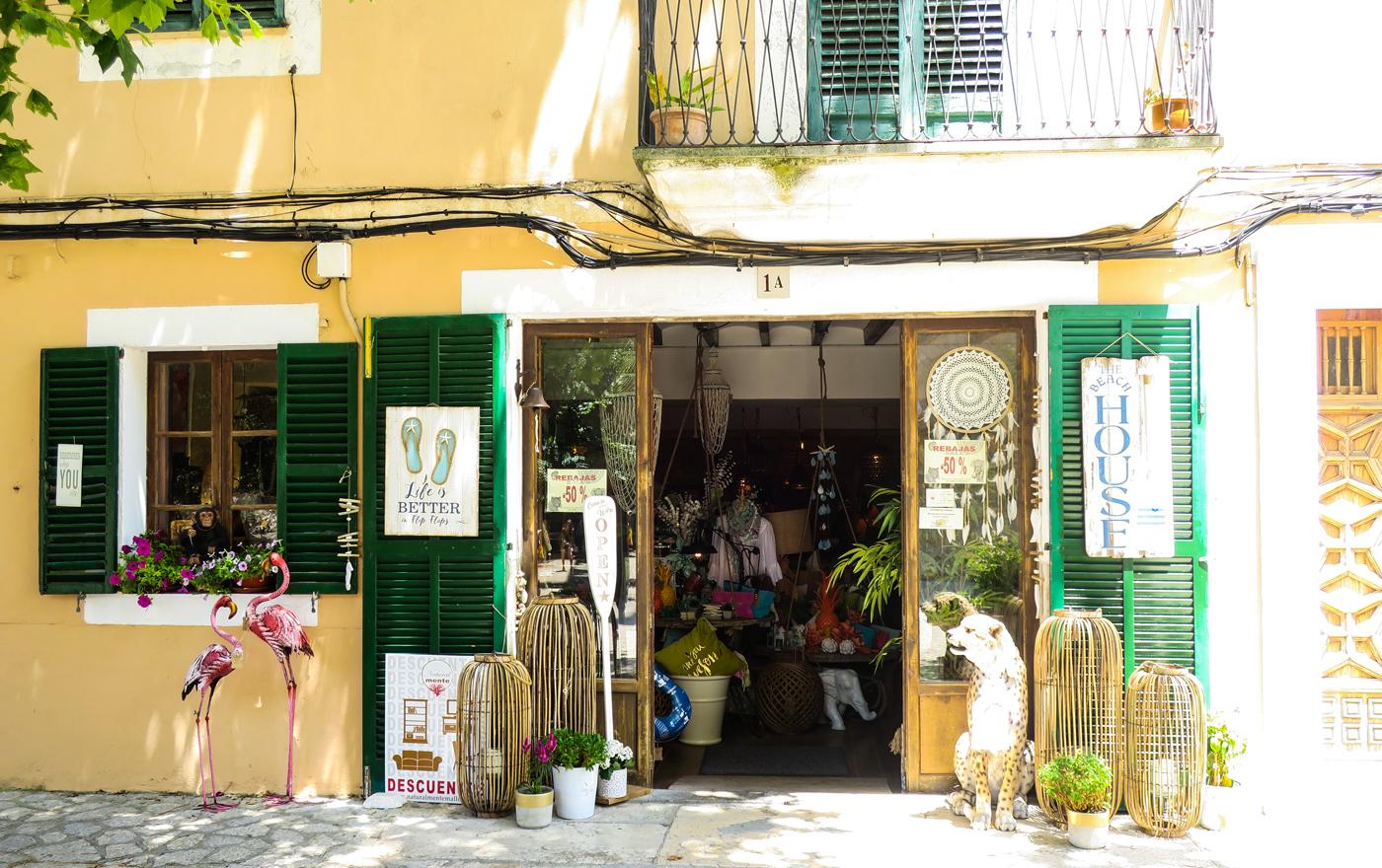 Typische kleine Boutique am Hauptplatz