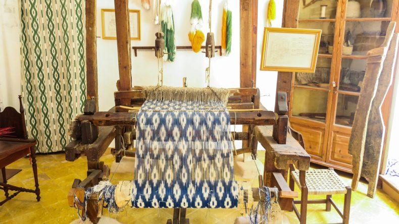Weberei mit traditionellem Webstuhl bei der Herstellung des typischen mallorquinischen Llengües-Stoffes