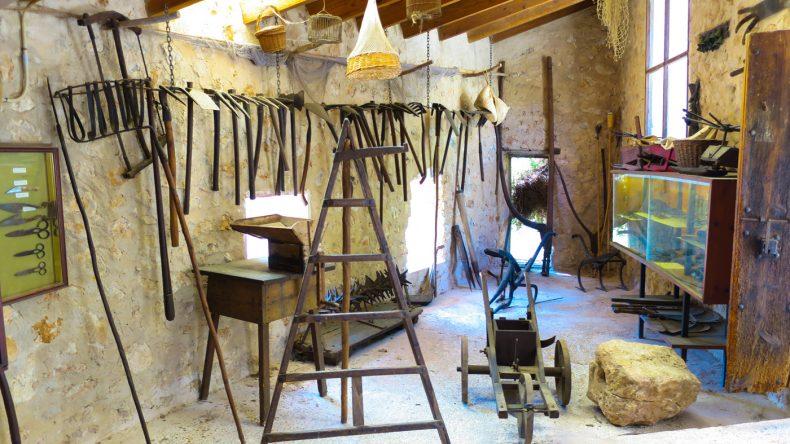 Werkzeugraum für die Arbeit im Garten oder in der Landwirtschaft