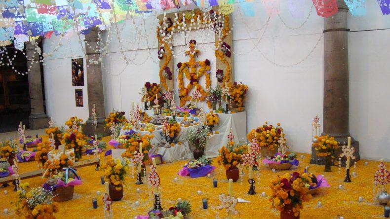 Die Altare und Gräber werden mit Girlanden, Fotos, Blumen, Kerzen und Ofrendas (= Opfergaben) geschmückt.