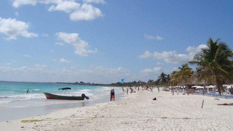 Am breiten, langen Sandstrand verteilen sich die Badegäste und Sonnenanbeter sehr gut.