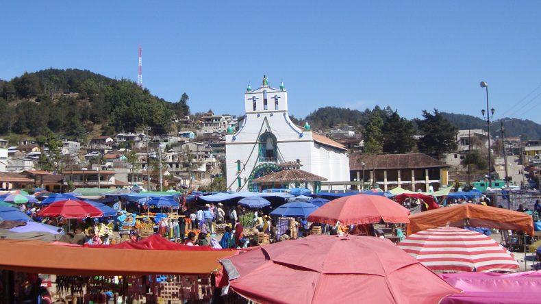 Das Maya-Dorf Chamula liegt nur eine halbe Stunde von San Cristóbal entfernt und bietet kunterbunte Märkte und leckere Essenstände.