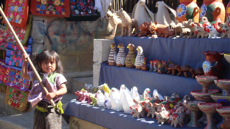 Ein kleines Maya-Mädchen verteidigt ihren Marktstand.