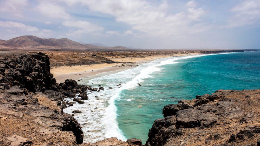 Auch der Strand von El Cotillo ist ideal für Surfer