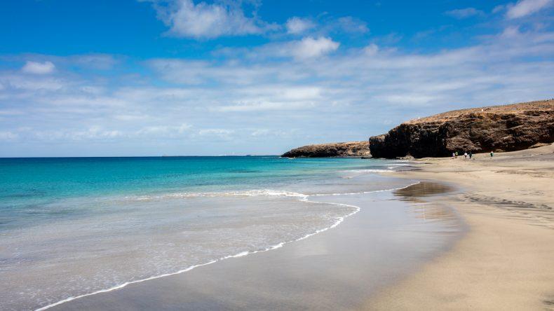 Der menschenleere Strand von Cofete ist aufgrund der hohen Wellen nicht zum Baden geeignet, dafür aber zum Surfen