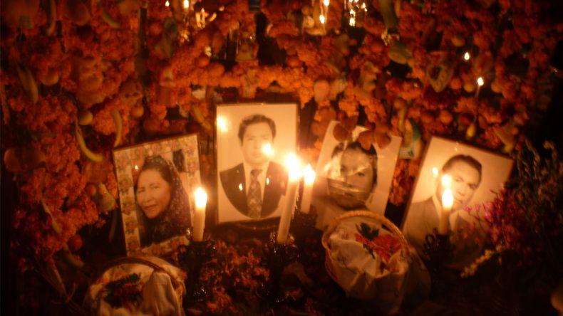 An den geschmückten Schreinen und Gräbern finden sich Bilder der Verstorbenen.